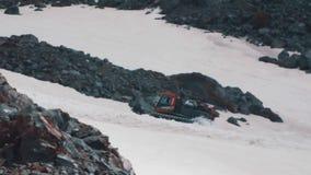 A máquina da lagarta de Snowcat com passangers monta no montanhês da montanha video estoque