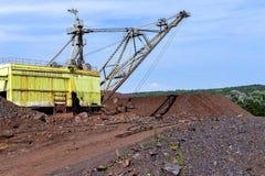 Máquina da máquina escavadora no trabalho do movimento de terras da escavação na pedreira imagens de stock