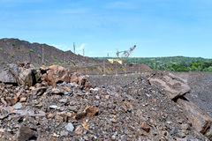 Máquina da máquina escavadora no trabalho do movimento de terras da escavação na pedreira imagem de stock royalty free