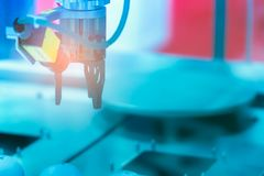 Máquina da mão do robô do close up Use o robô esperto na indústria de transformação para a indústria 4 0 e conceito da tecnologia fotografia de stock royalty free