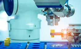 Máquina da mão do robô que prende o objeto simulado no fundo borrado Use o robô esperto na indústria de transformação Ferramenta  foto de stock