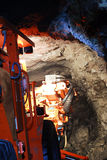 Máquina da mina dentro da mina de ouro Imagens de Stock Royalty Free