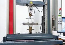 Máquina da resistência à tração da engenharia no processo dos testes Fotografia de Stock Royalty Free