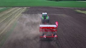 Máquina da sementeira que trabalha no campo arado Máquina de semear video estoque