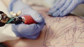 Máquina da tatuagem no trabalho video estoque