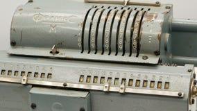 Máquina de adição mecânica soviética velha 4k da calculadora vídeos de arquivo