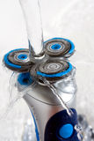 Máquina de afeitar rotatoria aclarada con agua Imágenes de archivo libres de regalías