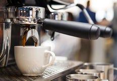 Máquina de Barista na cafetaria Americano que está sendo feito fotografia de stock royalty free