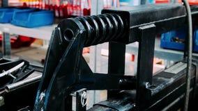 Máquina de bobinamento de controlo da mola do trabalhador na fábrica Equipamento industrial vídeos de arquivo