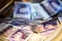 Máquina de británicos Sterling Pounds Notes In Washing Concepto del blanqueo de dinero imágenes de archivo libres de regalías