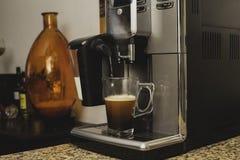 A máquina de café derrama o close-up fresco do café do cappuccino fotografia de stock