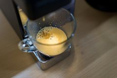 Máquina de café express con café caliente en vidrio Imágenes de archivo libres de regalías
