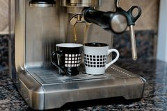 Máquina de café express que hace dos tazas del café Imagen de archivo libre de regalías