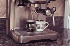 Máquina de café express que hace dos tazas del café Foto de archivo libre de regalías