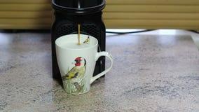 Máquina de café express que hace el café del latte almacen de metraje de vídeo
