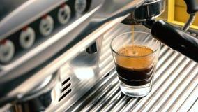 Máquina de café express que llena un vidrio almacen de video