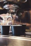 Máquina de café que faz a dois o café em um café Foto de Stock Royalty Free