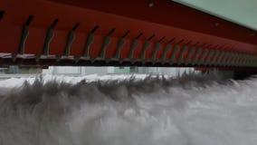 Máquina de cardado en fábrica de la materia textil almacen de metraje de vídeo