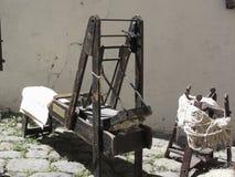 Máquina de cardadura antiga de lãs e fio de lãs cruas imagens de stock