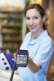 Máquina de cartão guardando assistente do crédito das vendas fêmeas foto de stock royalty free