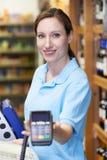 Máquina de cartão guardando assistente do crédito das vendas fêmeas fotos de stock