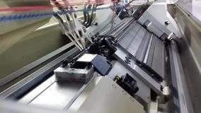 Máquina de confecção de malhas moderna, processo de confecção de malhas da tela dentro da máquina vídeos de arquivo