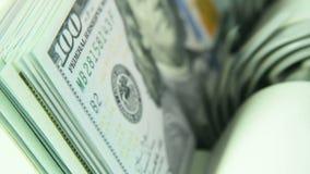 A máquina de contagem conta muitas contas para cem dólares americanos de uma amostra nova A contagem do dinheiro vídeos de arquivo