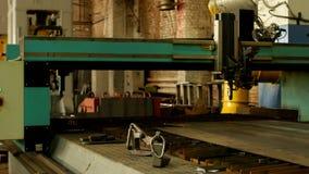 Máquina de corte automática do laser para o corte do metal do plasma, o corte do metal e o processamento, banco moderno vídeos de arquivo