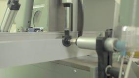 Máquina de corte de alumínio do perfil vídeos de arquivo