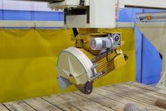 Máquina de corte de pedra com serra circular Fotografia de Stock Royalty Free