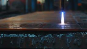 Máquina de corte do plasma do cnc da elevada precisão durante a operação na folha de metal video estoque
