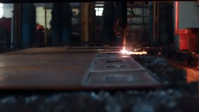 Máquina de corte do plasma durante a operação na folha de metal vídeos de arquivo