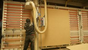 Máquina de corte de madeira de funcionamento do trabalhador industrial do carpinteiro durante a fabricação de madeira da mobília  vídeos de arquivo