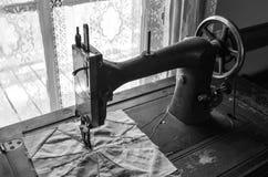 Máquina de coser antigua en casa de la granja Fotografía de archivo