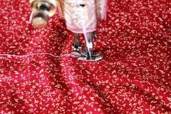 Máquina de coser con el funcionamiento del paño imagen de archivo