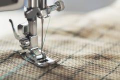 Máquina de coser con la aguja, el hilo y la tela Artículo de la ropa Industria de costura imagen de archivo libre de regalías