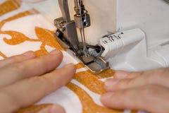 Máquina de coser de Overlock funcionando Imágenes de archivo libres de regalías