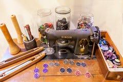 Máquina de coser del cantante antiguo del vintage Accesorios para tejido Imagen de archivo libre de regalías