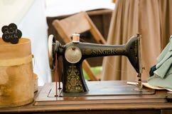 Máquina de coser del cantante pasado de moda Fotos de archivo libres de regalías