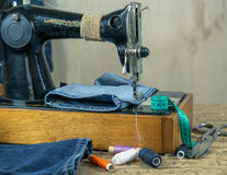 Máquina de coser del vintage con estilos del dril de algodón y accesorios para coser Imagen de archivo libre de regalías