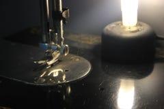 Máquina de coser del vintage, visión desde abajo, metal y negro con símbolo ligero agradable del nehind de una moda y de una indu Foto de archivo