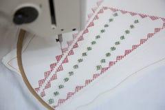 Máquina de coser durante trabajo Fotos de archivo libres de regalías