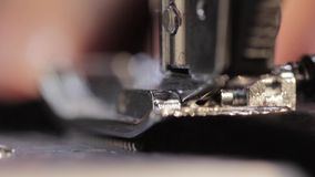 Máquina de coser e item de la ropa Macro almacen de metraje de vídeo