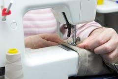 Máquina de coser eléctrica Fotos de archivo libres de regalías