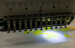 Máquina de coser en trabajo Foto de archivo