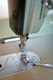 Máquina de coser industrial Foto de archivo libre de regalías