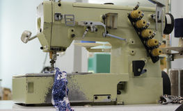 Máquina de coser industrial Imágenes de archivo libres de regalías