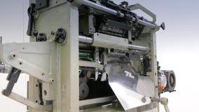 Máquina de coser industrial en la fábrica del guante almacen de metraje de vídeo