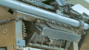 Máquina de coser industrial en la fábrica del guante almacen de video