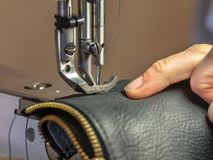 Máquina de coser industrial produciendo la ropa Fotografía de archivo